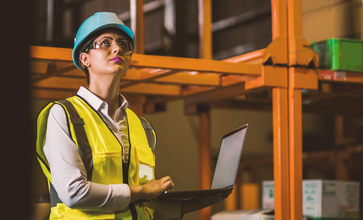 Profissional realizando inspeções de segurança na empresa