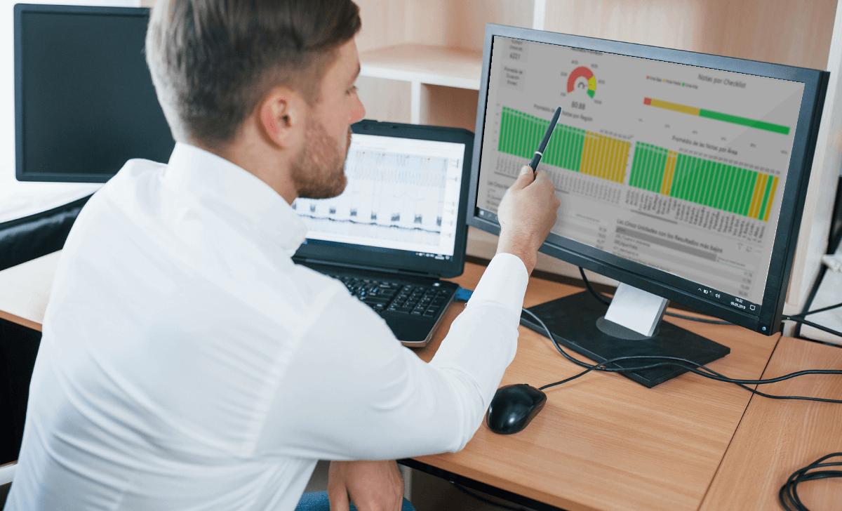 Gestor realizando a checagem de dados usando checklist online
