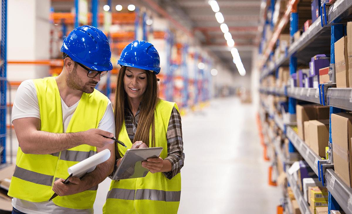 Profissionais realizando inspeções usando checklist online