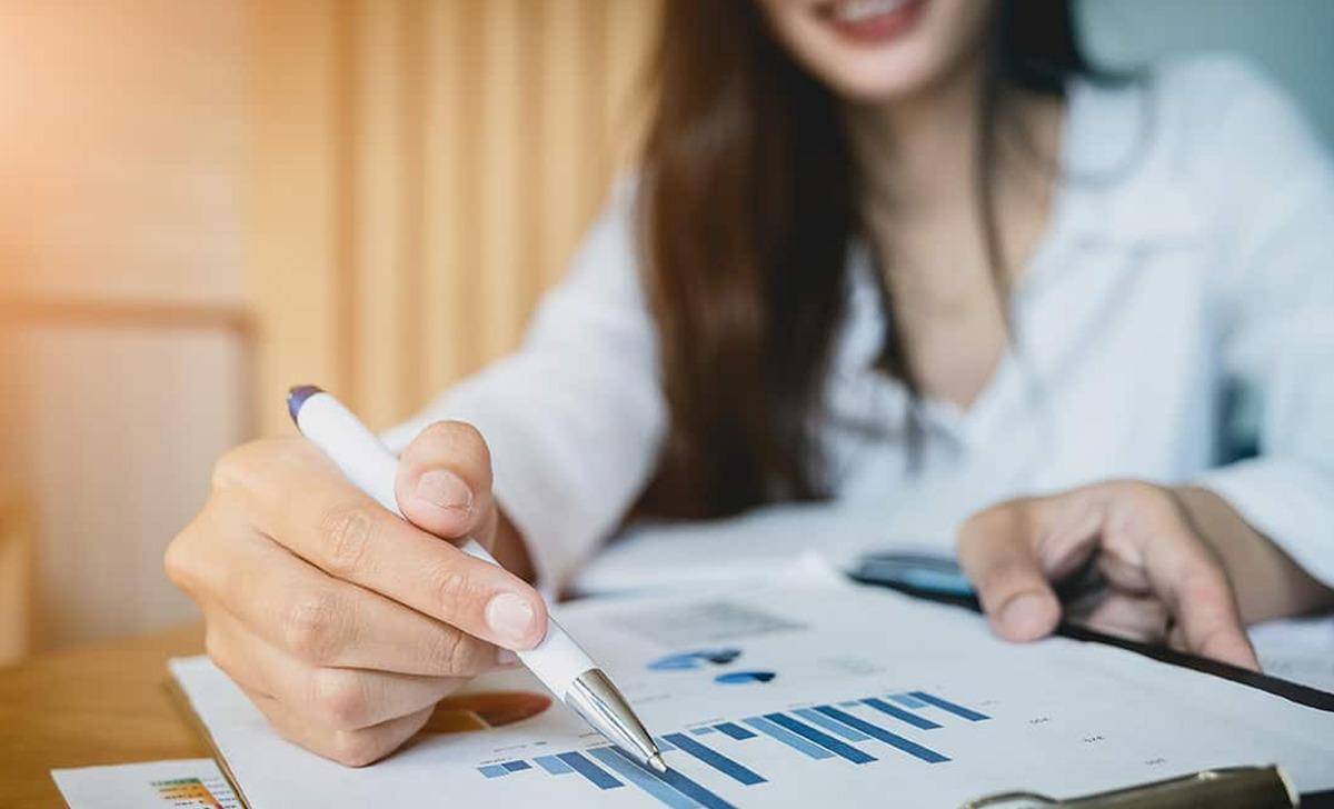 pessoa vendo indicadores para descobrir como ser mais produtivo no trabalho
