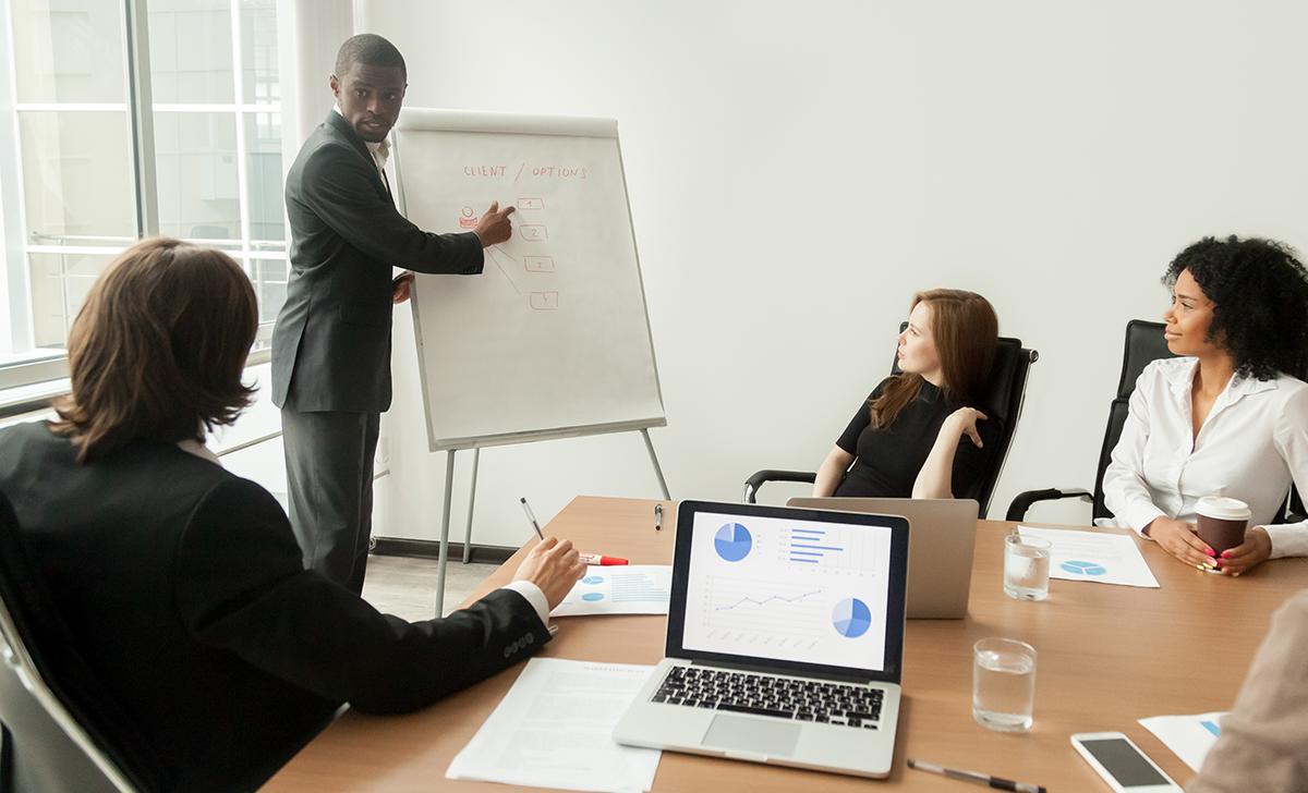 Pessoa orientando e realizando gestão de equipe externa