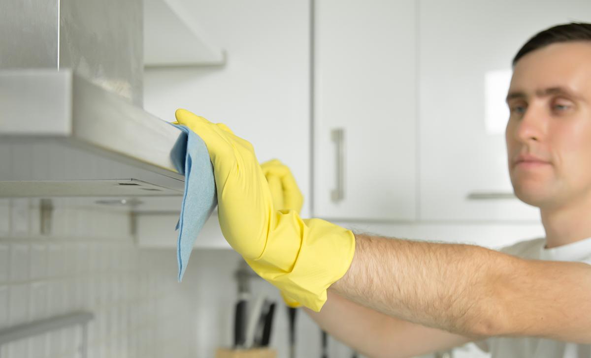 homem limpando ambiente para garantir a higiene e a segurança no trabalho