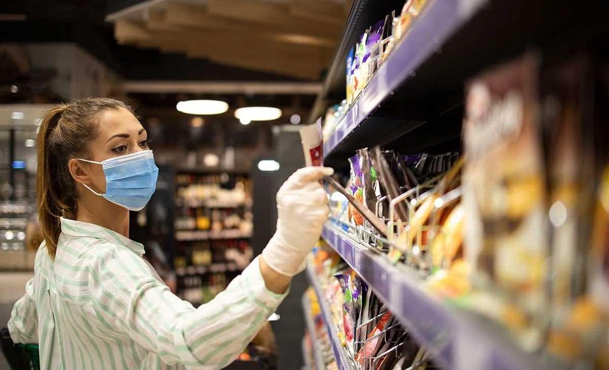Profissional atuando na prevenção de perdas em supermercados